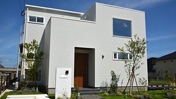 洗練された白と茶を基調にしたシンプルデザイン住宅。