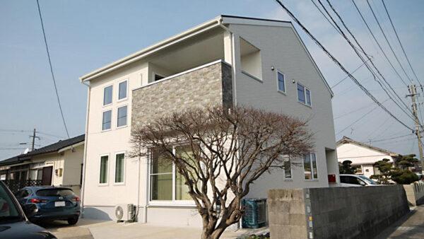 長崎県大村市の中心部、白い外壁にレンガ調のバルコニーが印象的!
