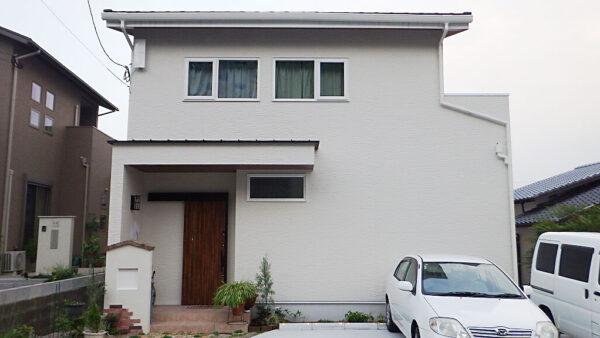 白を基調にしたシンプルデザイン、家具やインテリアで色づく住まい
