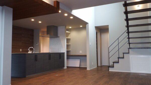 大きなキッチンを中心に暖かい光に包まれる家